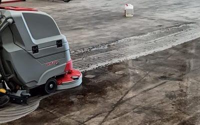 Para combatir la suciedad en esta empresa de logística de Massamagrell, hemos entregado esta potente fregadora industrial a baterías.