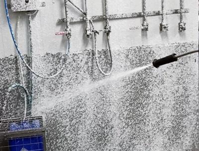 Limpieza industrial con espuma para la desinfección de esta panificadora de Enguera