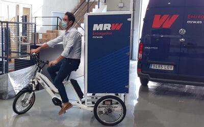 Triciclo eléctrico BKL, para el reparto de paquetería de una gran empresa de mensajería.